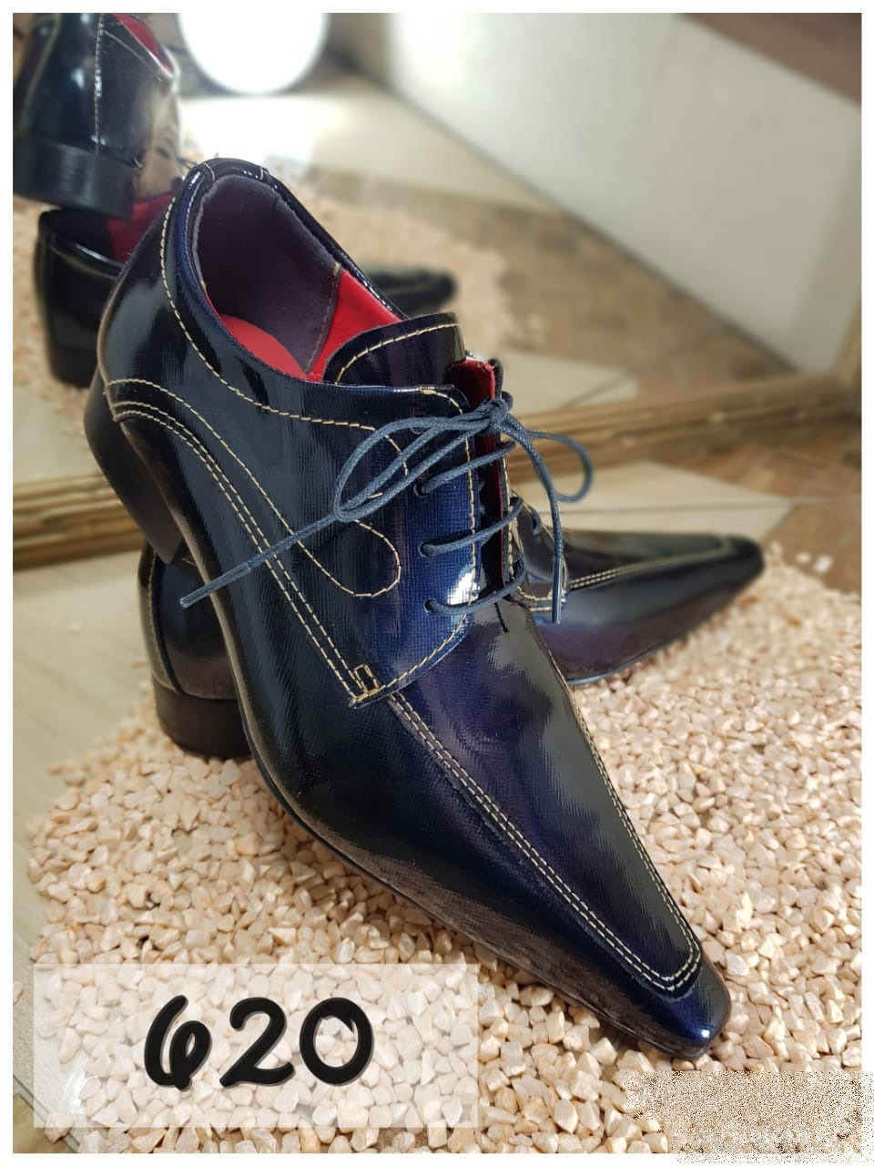 Sapatos social em preto verniz com bico extra fino