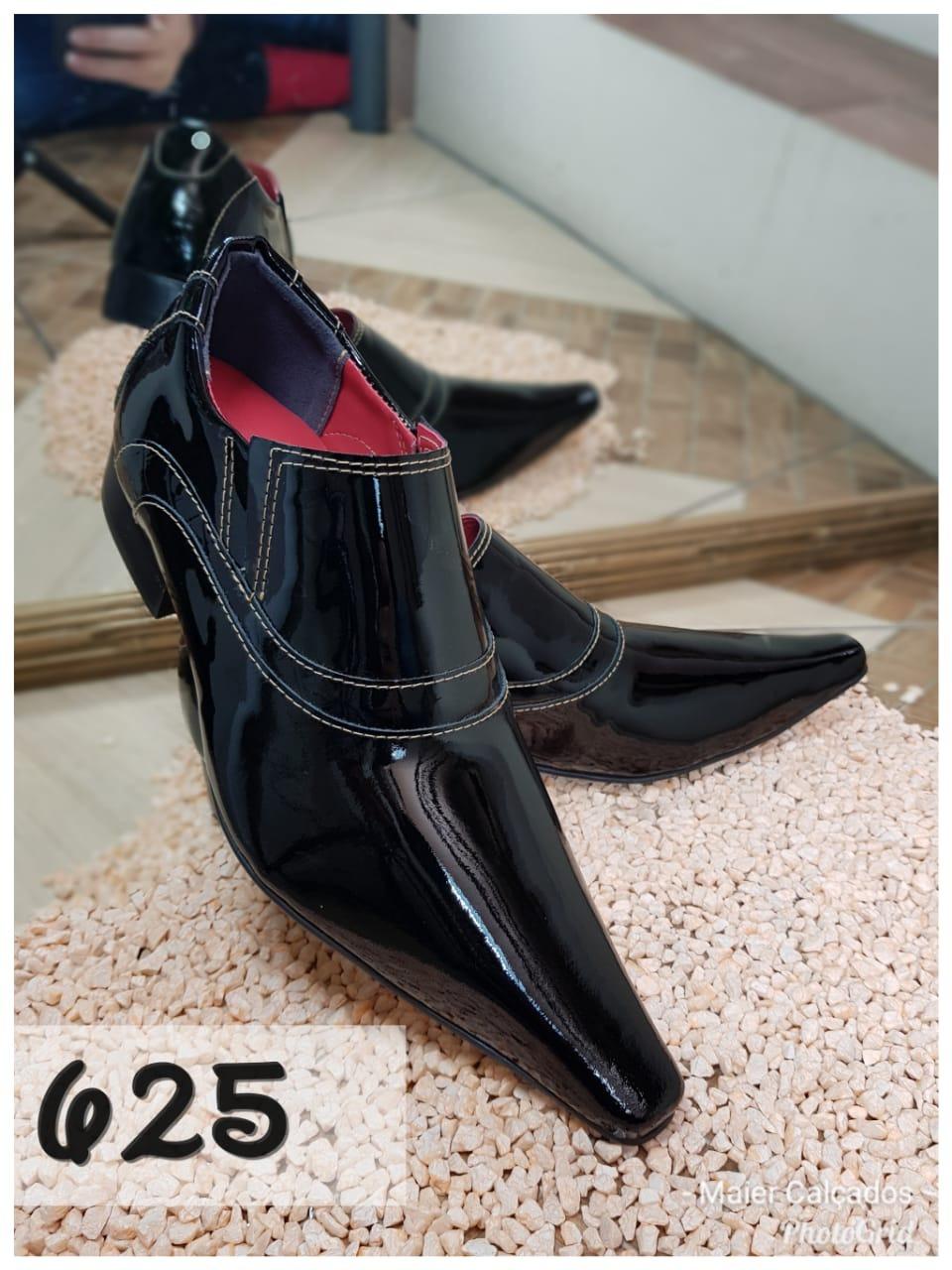 Sapatos social clássico em preto verniz com bico extra fino