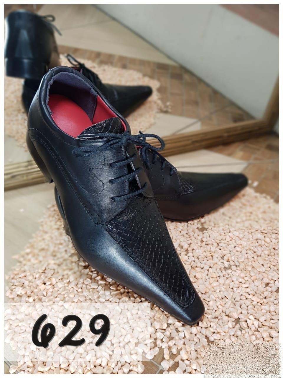 Sapatos social clássico em preto com bico fino