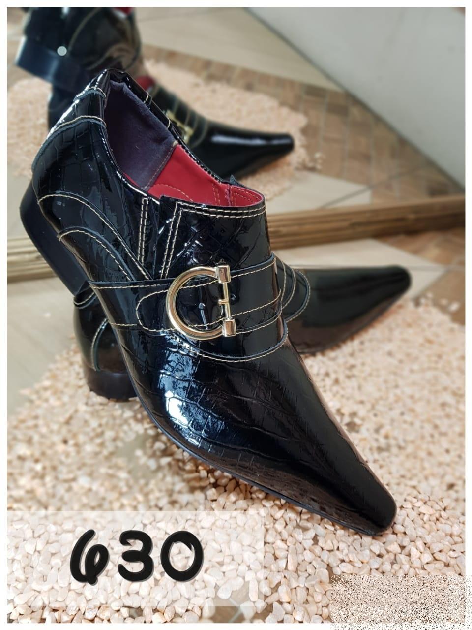 Sapatos social clássico em preto verniz com bico fino