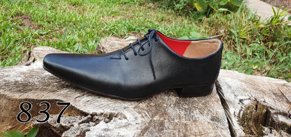 Sapatos sociais com cadarço em couro preto escovado
