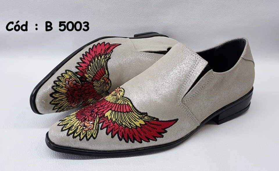 Sapatos em couro branco com bordado águia