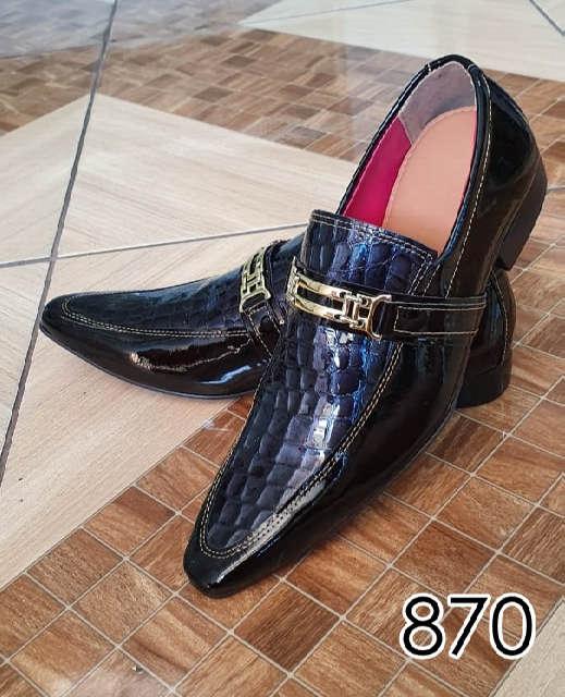 Sapatos sociais sem cadarço em couro verniz preto e croco niquel