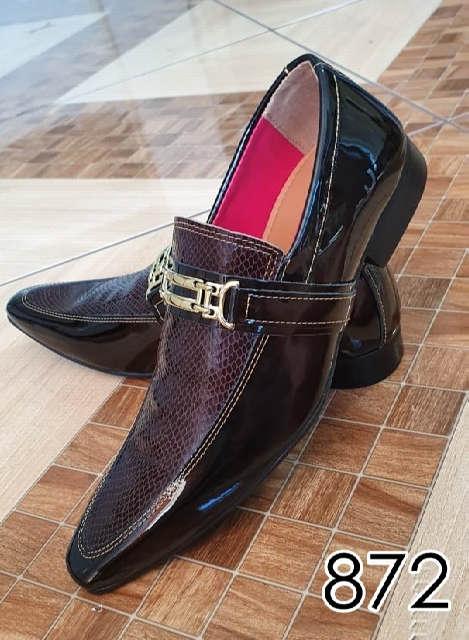 Sapatos sociais sem cadarço em couro verniz marrom e croco marrom