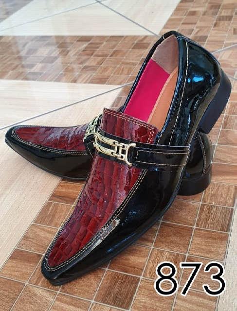 Sapatos sociais sem cadarço em couro verniz preto e croco vermelho