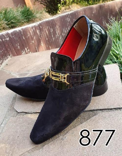 Sapatos sociais sem cadarço em couro verniz preto e nobuck preto