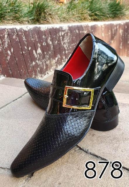 Sapatos sociais sem cadarço em couro verniz preto e trice preto