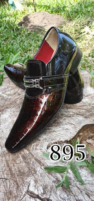 Sapatos sociais sem cadarço em couro verniz marrom croco marrom 895