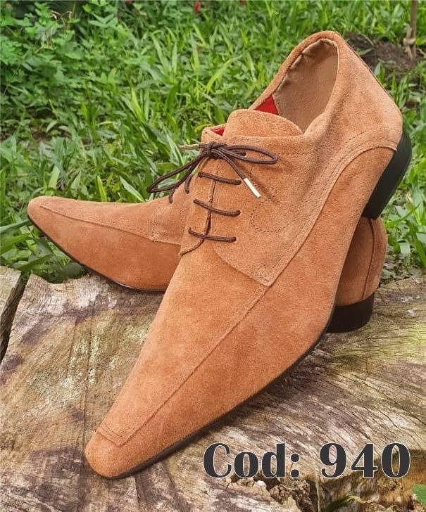 Sapatos sociais com cadarço em camurça marrom