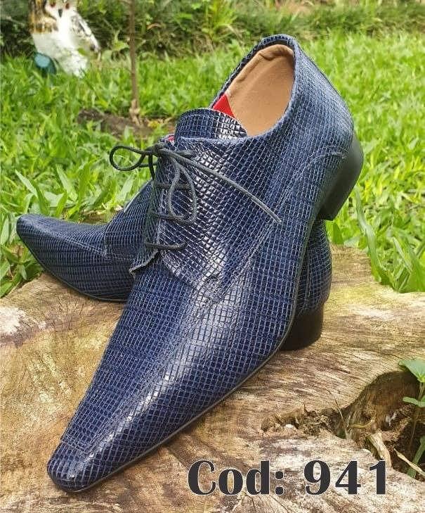 Sapatos sociais com cadarço em couro croco azul