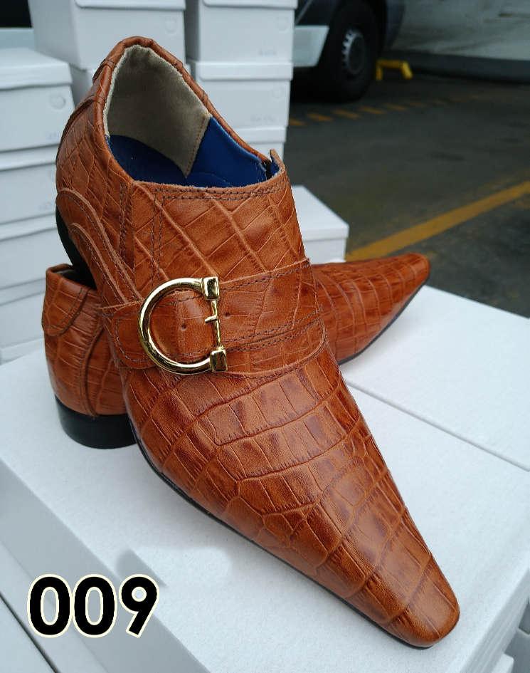 Sapatos sociais sem cadarço em couro croco abobora