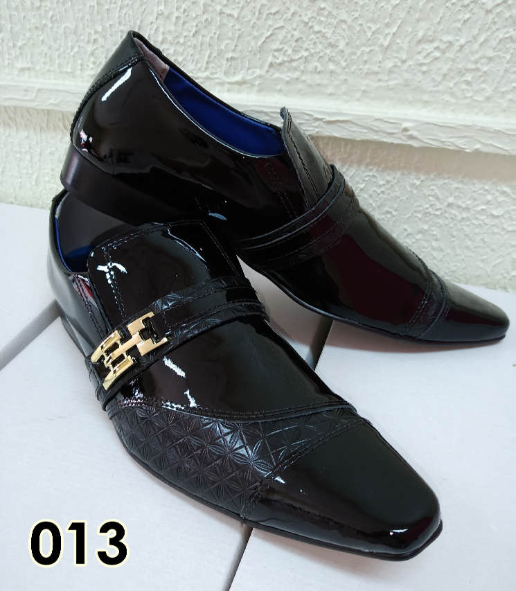 Sapatos sociais sem cadarço em couro verniz preto e croco preto