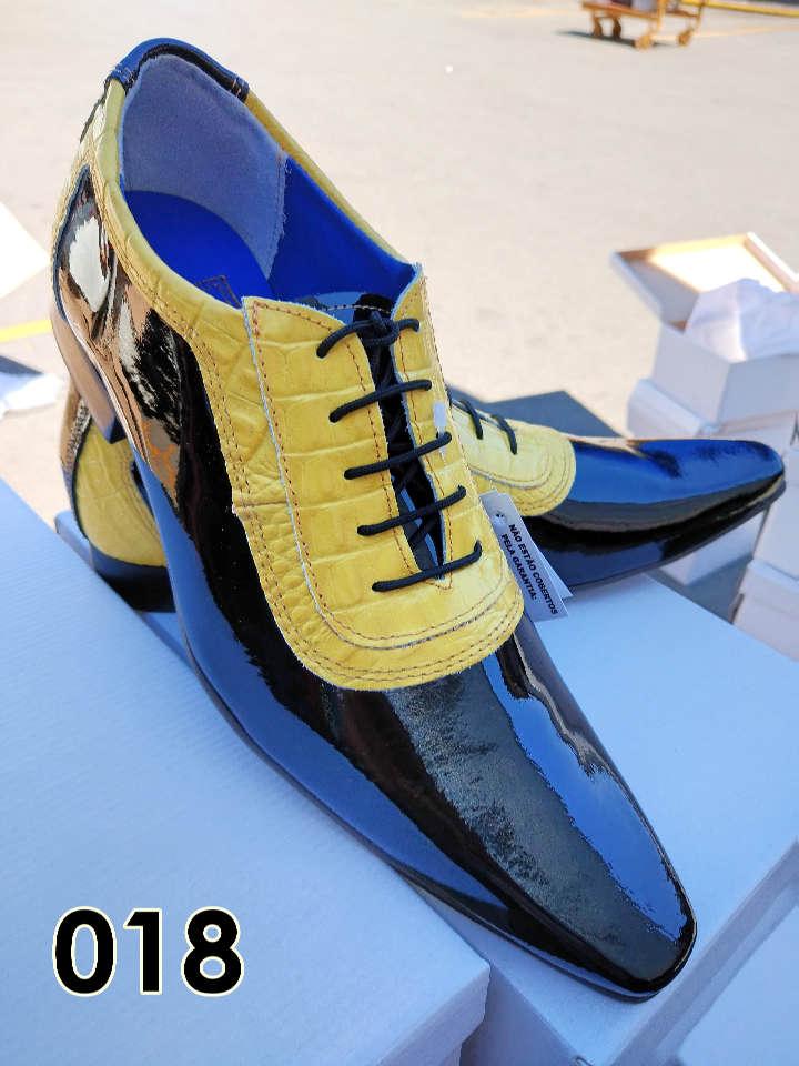 Sapatos sociais com cadarço em couro verniz preto e croco amarelo