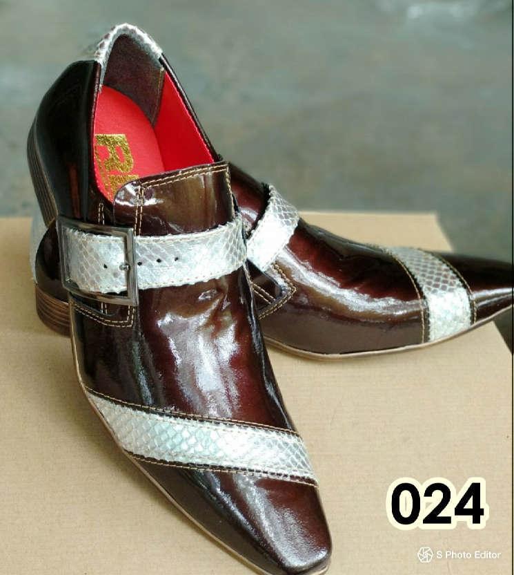 Sapatos sociais sem cadarço em couro verniz marrom com prata