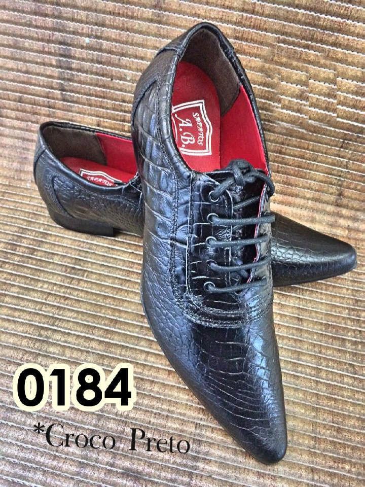 Sapatos sociais com cadarço em couro croco preto