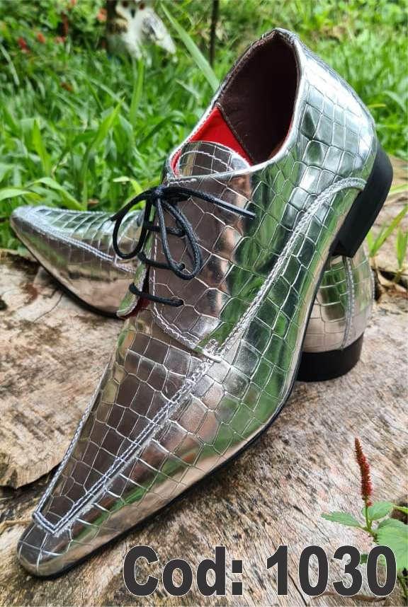 Sapatos sociais com cadarço em couro croco prata brilhoso 1030