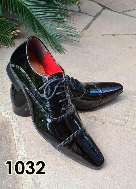 Sapatos sociais com cadarço em couro preto verniz