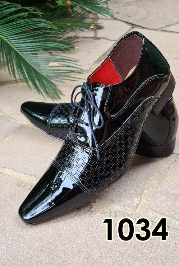 Sapatos sociais com cadarço em couro verniz preto e preto textura 1034