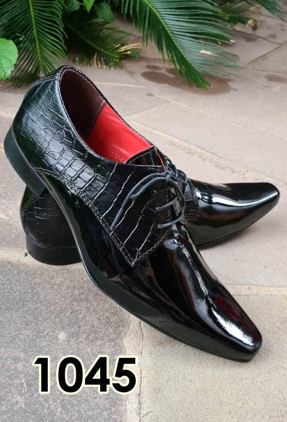 Sapatos sociais com cadarço em couro croco preto e preto verniz