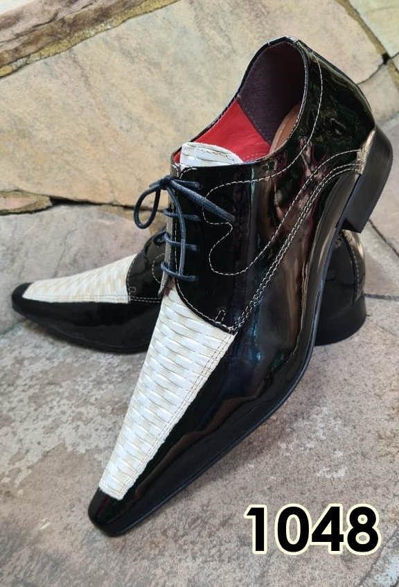Sapatos sociais com cadarço em couro preto e branco com texturas 1048