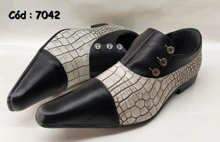 Sapatos sociais em couro preto com texturas anz7042