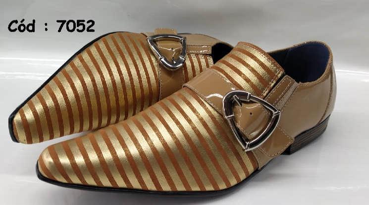 Sapatos sociais em couro listas dourado