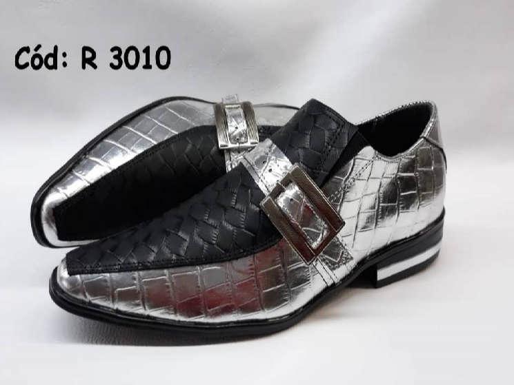 Sapatos em couro preto e prata verniz R3010