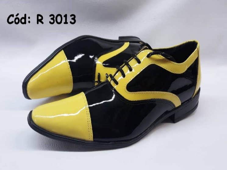Sapatos em couro verniz preto e amarelo R3013