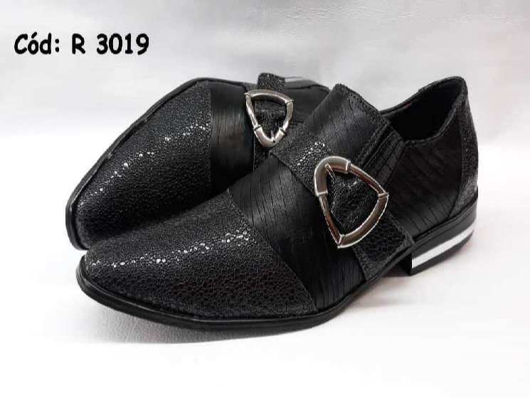 Sapatos sem cadarços em couro preto texturinhas r3019