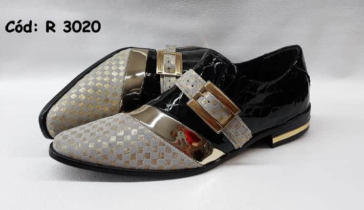 Sapatos sem cadarços em couro preto e ouro texturinhas r3020