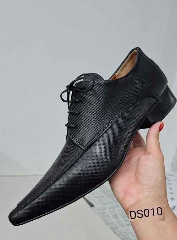 Sapatos sociais com cadarço em couro preto DS010