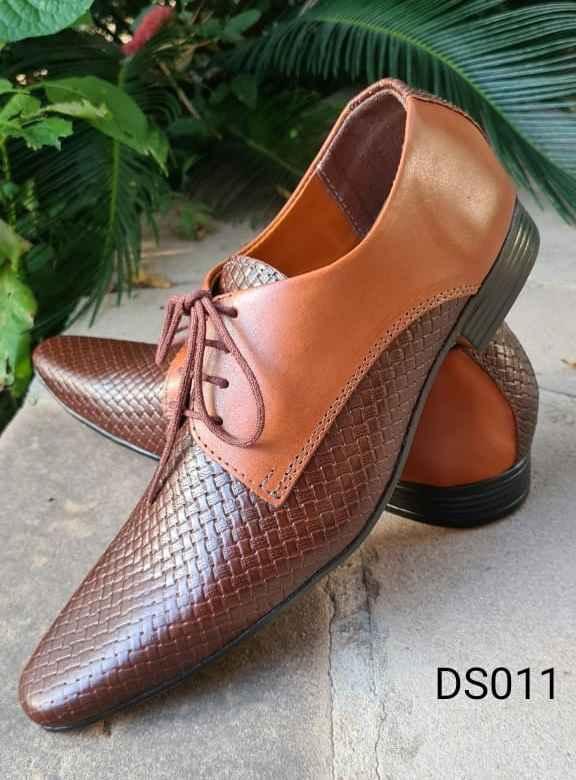 Sapatos sociais com cadarço em couro marrom DS011
