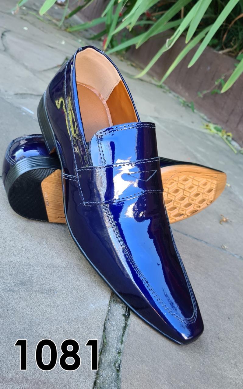 Loafers sociais sem cadarço em couro azul marinho verniz